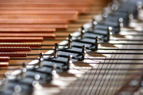 Piano snaren. Bij het pianostemmen krijg iedere snaar de juiste spanning